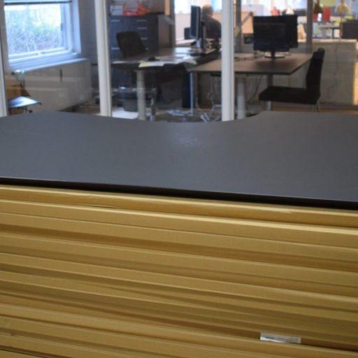 Sort linoleum 180 cm økse og 1 kabelgennemf. skrivebordsplade - lille skade
