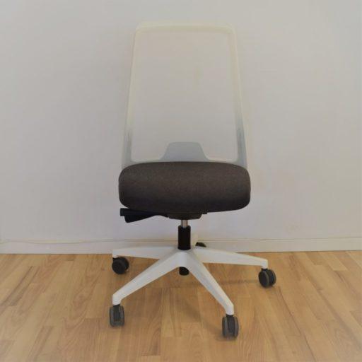 Interstuhl EVERY kontorstol hvidt stel, sort stof, net ryg - Udstillingsmodel.