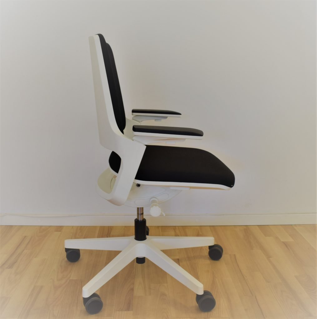 Interstuhl MOVY kontorstol hvid med sort stof - udstillingsmodel.
