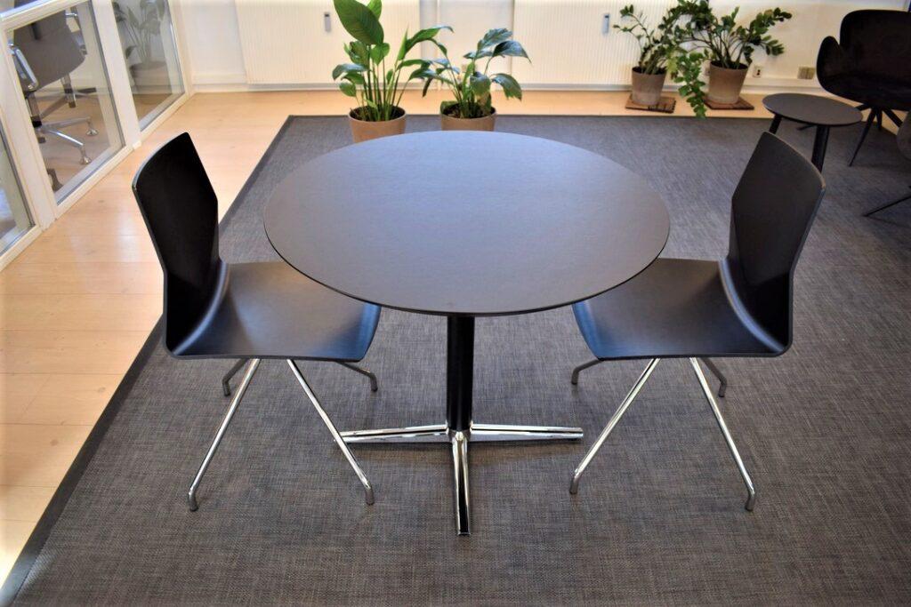 Four Cast 2 one - switch mødebord med ø90 cm laminat plade - udstillingsmodeller - Spar 50 %